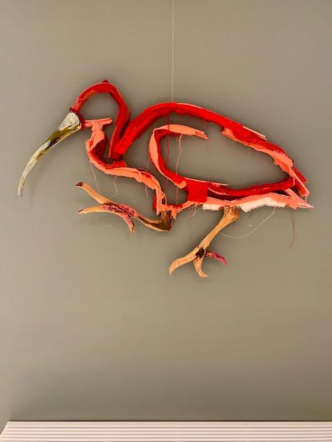 Dit is een wandsculpture van een rode ibis gemaakt door Wilco Kwerreveld. Deze hangt bij Chez Freddy in Haarlem