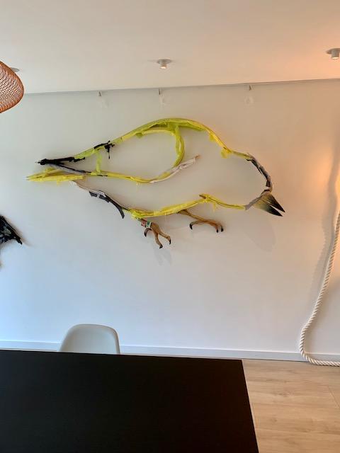 Dit een wandsculptuur van een sijs gemaakt door kunstenaar Wilco Kwerreveld. Het werk hangt bij galerie Chez freddy art & design in Haarlem.