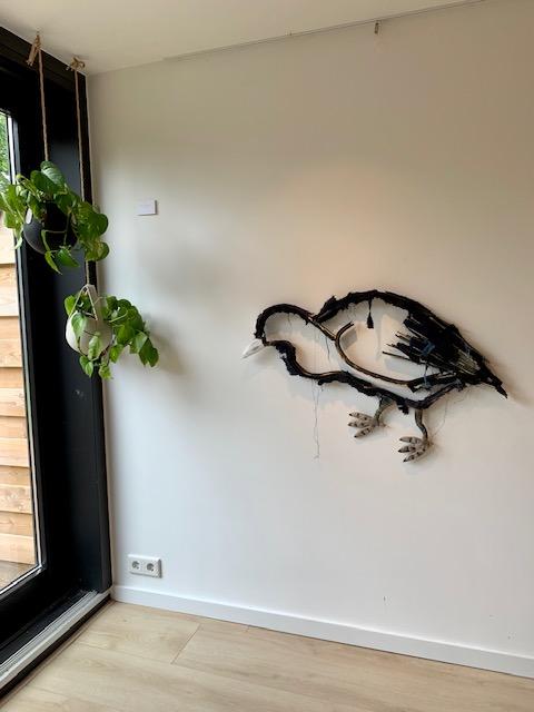 Dit is een muur sculpture van kunstenaar Wilco Kwerreveld. Deze hangt bij Chez Freddy art & design in Haarlem