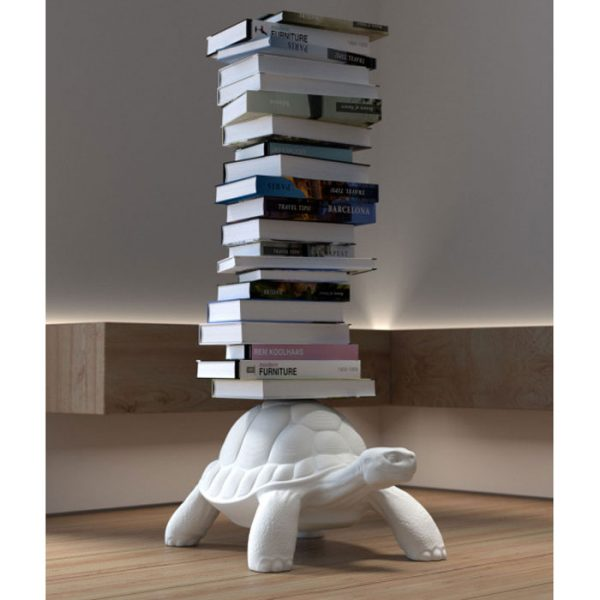 Deze schilpad is een boekenstandaard verkrijgbaar bij Chez Freddy art & design in Haarlem