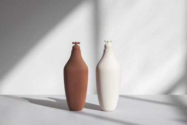 Tap Water Carafe by Lotte de Raadt (setting, image by Vij5) terracotta & white bij Chez Freddy art en design in Haarlem