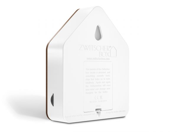 zwitscherbox- Bamboo-White-plays-relaxing-bird-songs-when-it-detects-motion-Chez-Freddy-Haarlem-wood -front